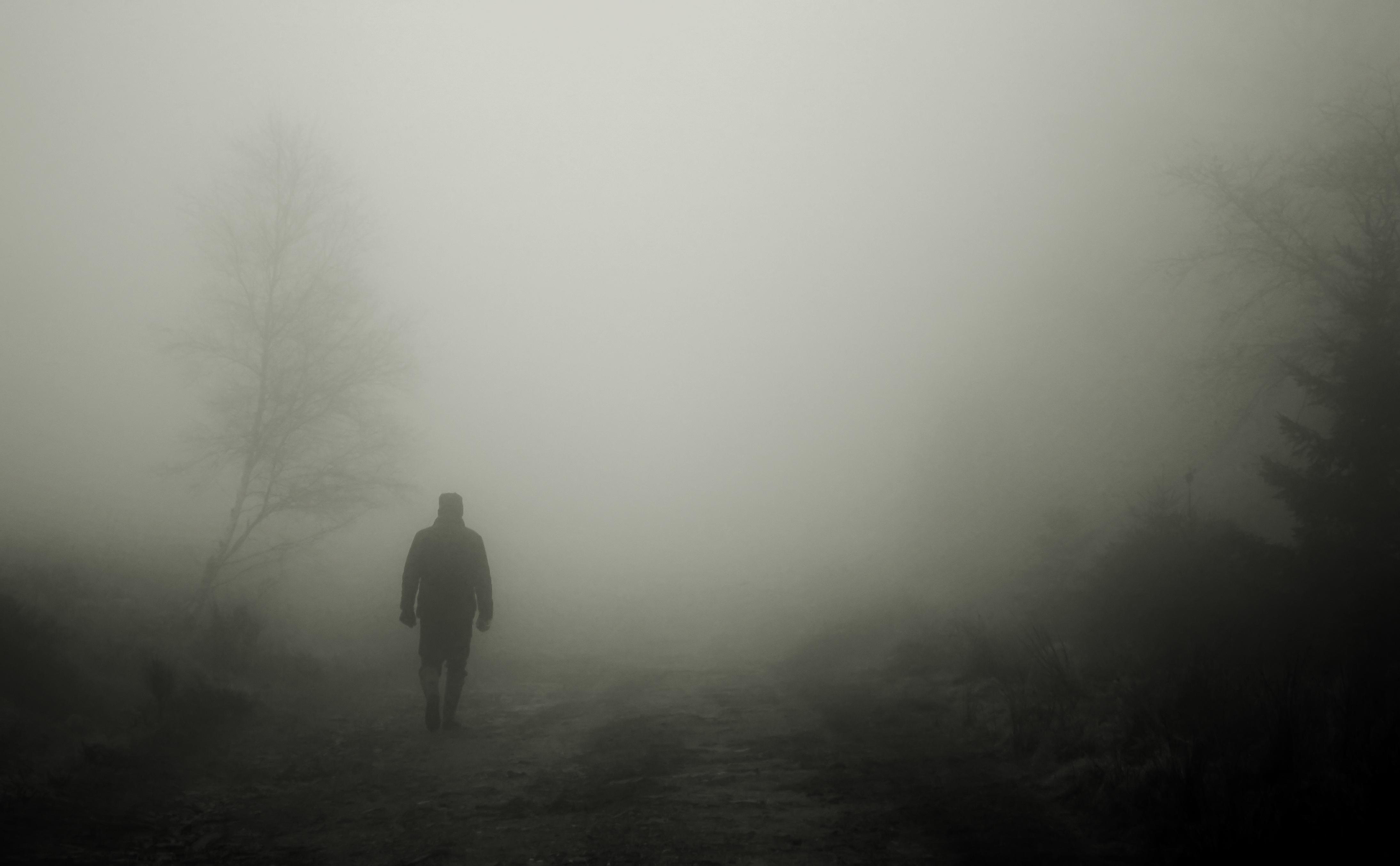 typ facet sam mgła