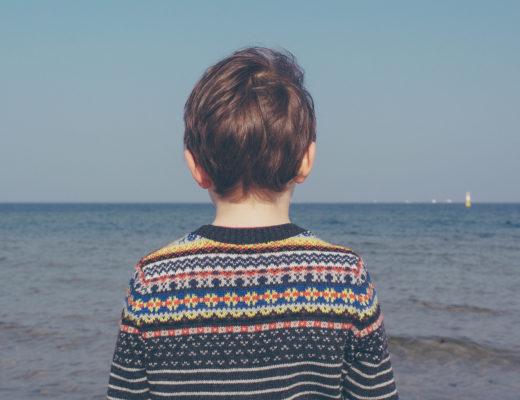 dziecko chłopiec morze smutek
